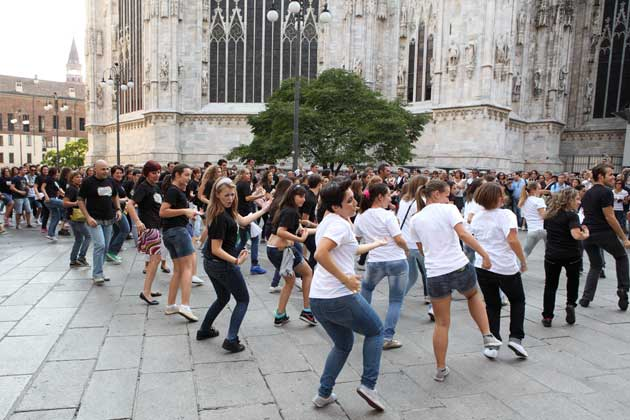 allievi centro danzaricerca di agnese riccitelli in un momento del flash mob milano back to school