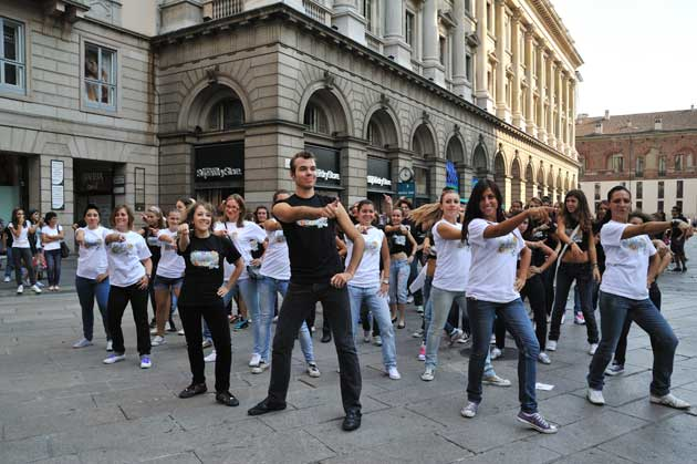 Alcuni allievi del Centro Danzaricerca di Agnese Riccitelli, in un momento del flash mob milano back to school